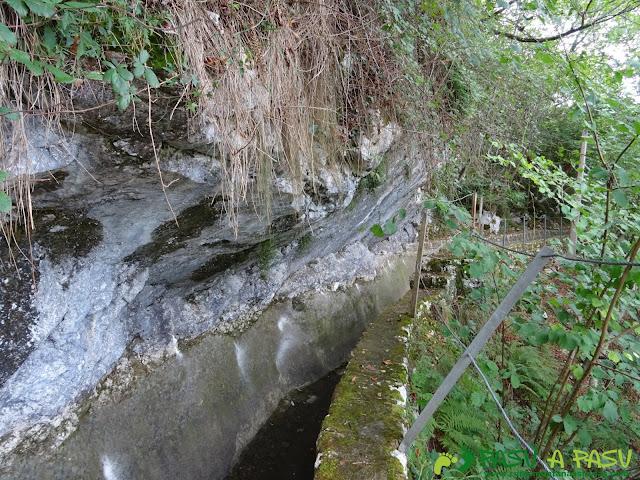 Canal de Reñinuevo: Roca sobre la canalización