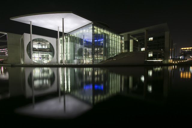 Retro del Bundestag di notte-Berlino