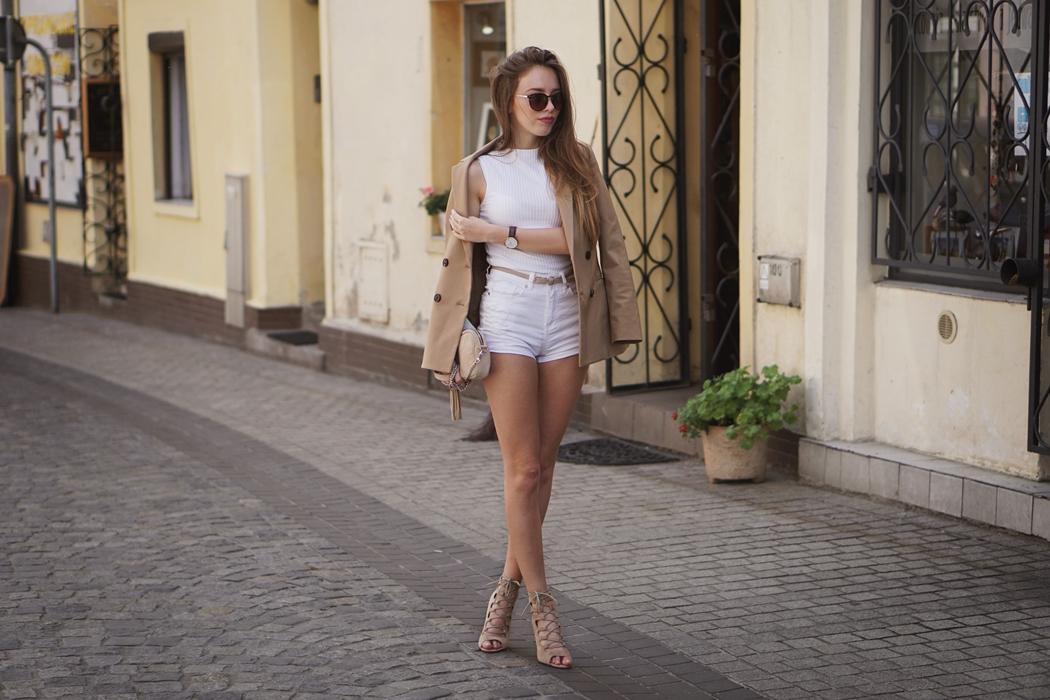 Letni look - biel i beż w duecie