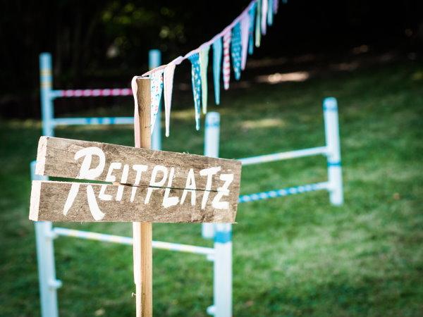 Ein DIY Reitplatz im Garten: Selbstgebaute Hindernisse