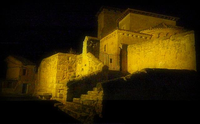 vista nocturna de la iglesia románica de Pinillos de Esgueva