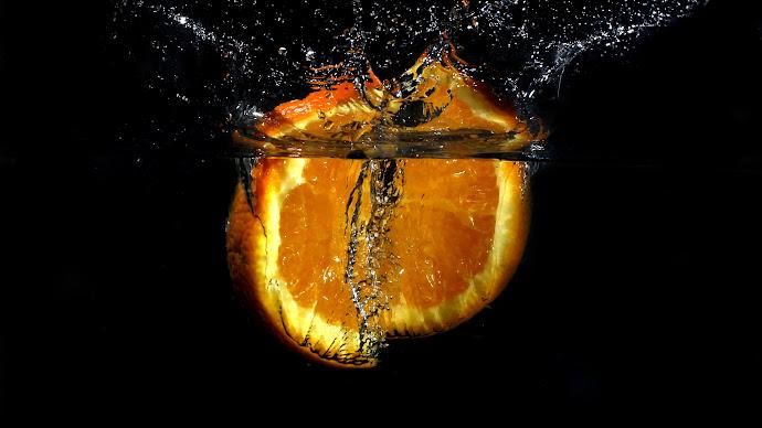 Wallpaper: Orange Slice in Water