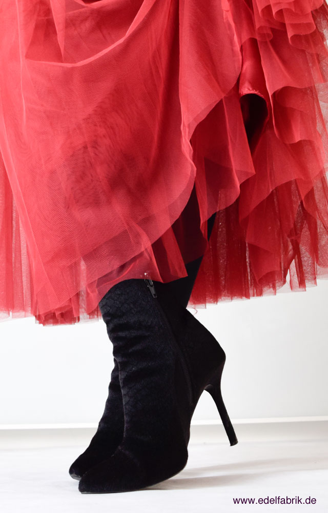 die Edelfabrik, Look, roter Tüllrock, schwarze High Heels