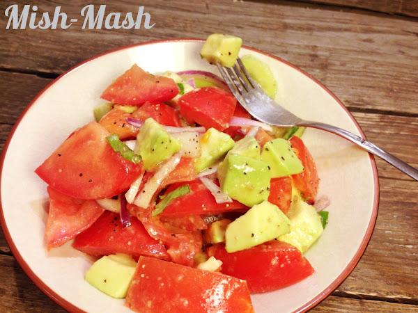 Здравословна салата с краставици, домати и авокадо
