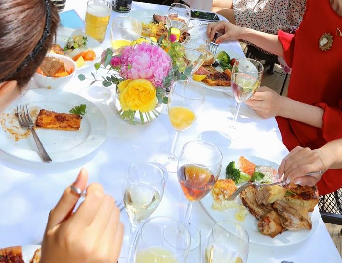 日仏学院ラ・ブラスリーでガーデンウェディングのゲストテーブルの食事