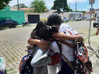 estudantes-se-abracam-apos-ataque-a-escola-de-suzano