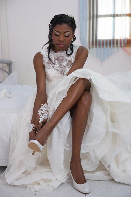 la mariée enfile ses chaussures en guadeloupe