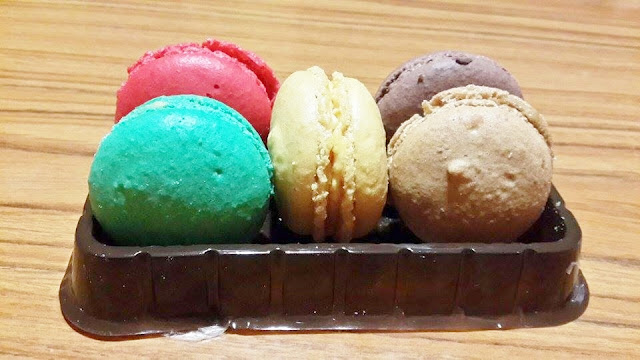 Macarons With Lemon Curd Filling