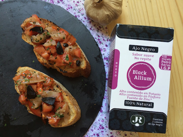 bruschetta de tomate, bacalao ahumado y ajo negro receta
