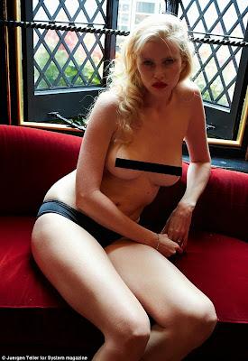 """الموديل الهولندية الجميلة """"لارا ستون"""" في جلسة تصوير عارية الصدر!"""