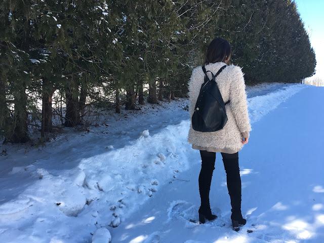 fur coat, winter outfit, statement coat, sheep fur coat, white coat, over the knee boots, how to wear statement coat, zimski outfit, krzneni kaput, casual zimski kaput, sta obuci za zimsku setnju, what to wear on a casual winter day, backpack, black leather backpack, kako nositi ruksak