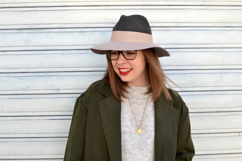 pull gris H&M, chapeau kaki et rose pastel, manteau kaki de Sheinside