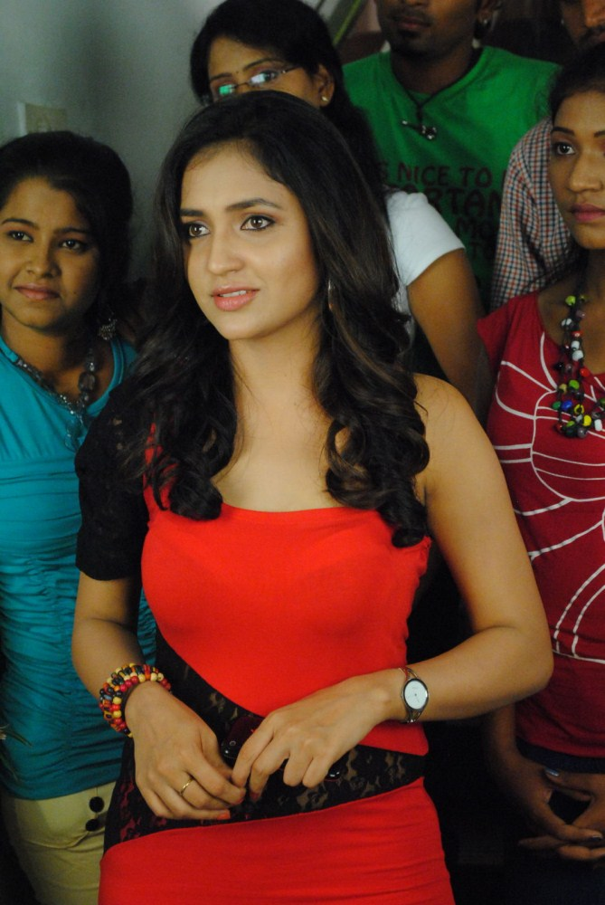 Actress sarayu looking stylish & wonderful in red & black hot drees latest pics