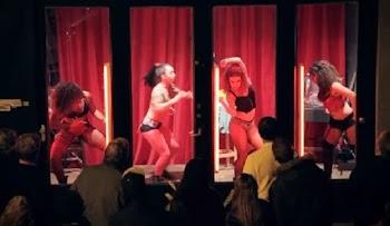 Οι άντρες θαύμαζαν τα κορίτσια στη βιτρίνα, ώσπου είδαν γιατί χόρευαν…[video]