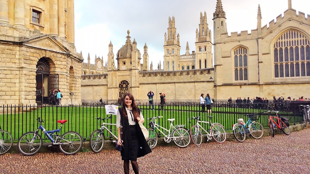 Оксфордский университет территориально находится в одноименном городе Оксфорде (графтсво Оксфордшир), на юго-западе от Лондона.  Территория университета – более 28 гектаров угодий на которых расположены старинные здания и парки. Большинство колледжей находятся в центре городка, поэтому корпуса университета спокойно соседствуют с питейными заведениями, культурными памятниками и другими заведениями города. На территории университета можно найти старинные церкви, музеи и даже театр. Также Оксфордский университет имеет свое издательство.