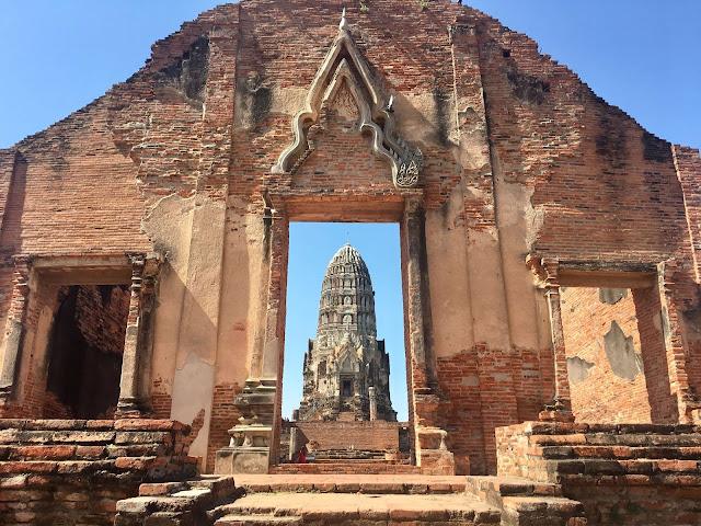 Kiến trúc Wat Ratchaburana tương đồng với rất nhiều đền đài khác thời Angkor như Phnom Bakheng, Preah Rup, Baphuon, TaKeo, Angkor Wat… được gọi là đền núi, bởi những tòa tháp của đền là hình ảnh mô phỏng ngọn núi thiêng Meru, nơi thần linh ngự trị.