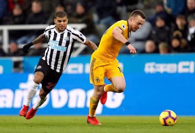 PEMAIN Newcastle, DeAndre Yedlin mengasak pemain Wolves, Diogo Jota pada aksi Liga Perdana Inggeris di St James' Park. - Foto Reuters