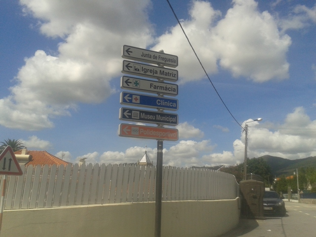 Placas onde deve cortar para a praia de Melres