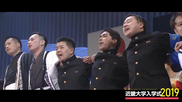 di antara penonton bergoyang-goyang dengan tangan mereka di punggung masing-masing.