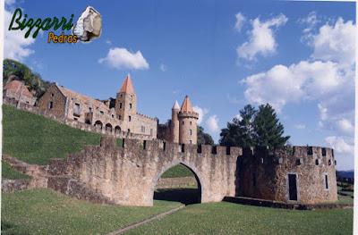 Construção de pórtico de pedra, com pedra moledo, com as paredes de pedra, na construção do castelo de pedra com a torre de pedra em sítio em Atibaia-SP.