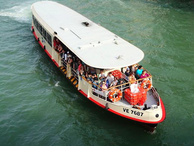 Benátský vodní autobus vaporetto