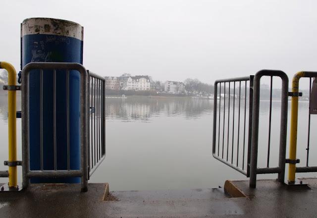 Einfach mal Fähre fahren: Mit dem Adler I von Kiel-Wik nach Holtenau und zurück. Der Blick vom Anleger in Kiel in der Wik ist auch bei grauem Wetter malerisch.