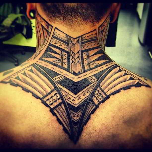 imagen de un hombre con tatuaje maori en el cuello
