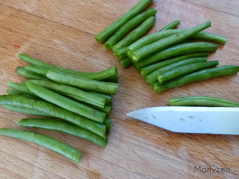 Coupez les haricots en deux.