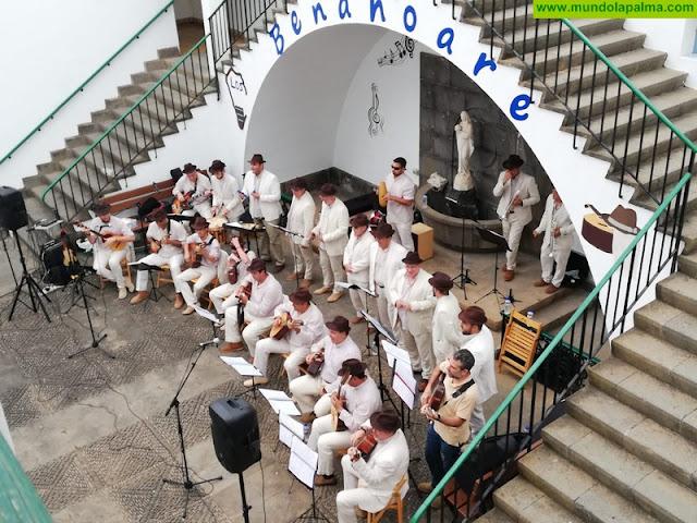 Los Benahoare llevan sus ritmos canarios y latinoamericanos a los residentes del Hospital de Dolores