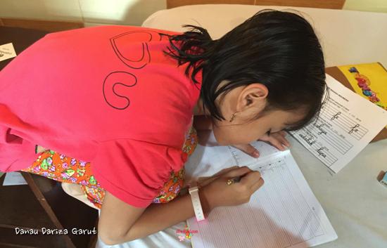 Dzarifa ifa, libur tetap mengerjakan PR Tugas Rumah