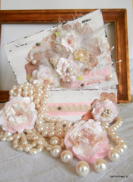pudełko shabby chic bogato zdobione kwiatami, koronkami i perłami