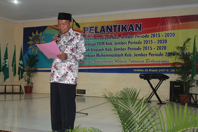 Ustadz H. Kusno Ketua Pimpinan Daerah Muhammadiyah Jember 2015-2020 sedang melantik anggota PDM terdiri dari majelis dan lembaga