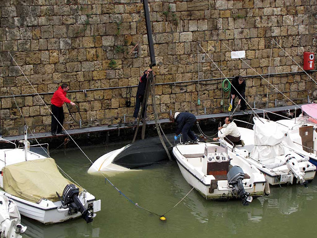 Salvaging a sunken boat, Fosso Reale, Livorno