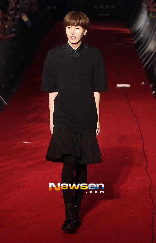 Mỹ nam Hàn diện... váy ''xúng xính'' lên thảm đỏ