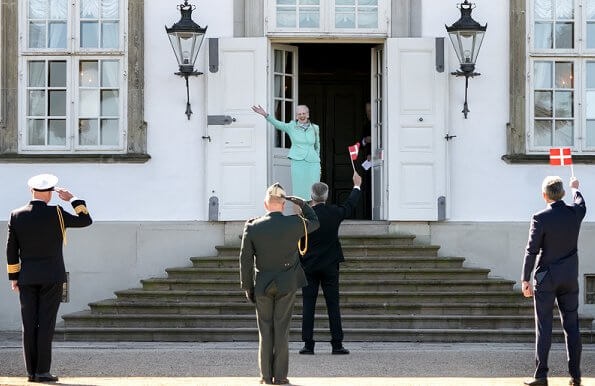 Queen Margrethe waved to the people who had gathered in front of Fredensborg Palace to wish her happy birthday