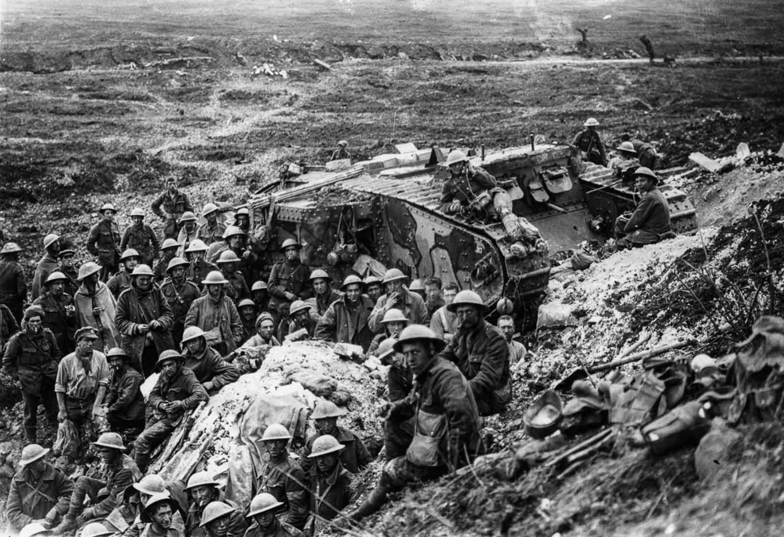 Los soldados se reúnen cerca de un tanque Mark I en Flers. 17 de septiembre de 1916.