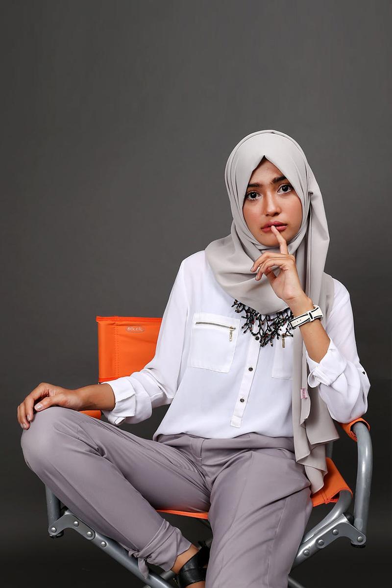 MAksimalkan gestur foto model hijab di dalam studio dengan kursi