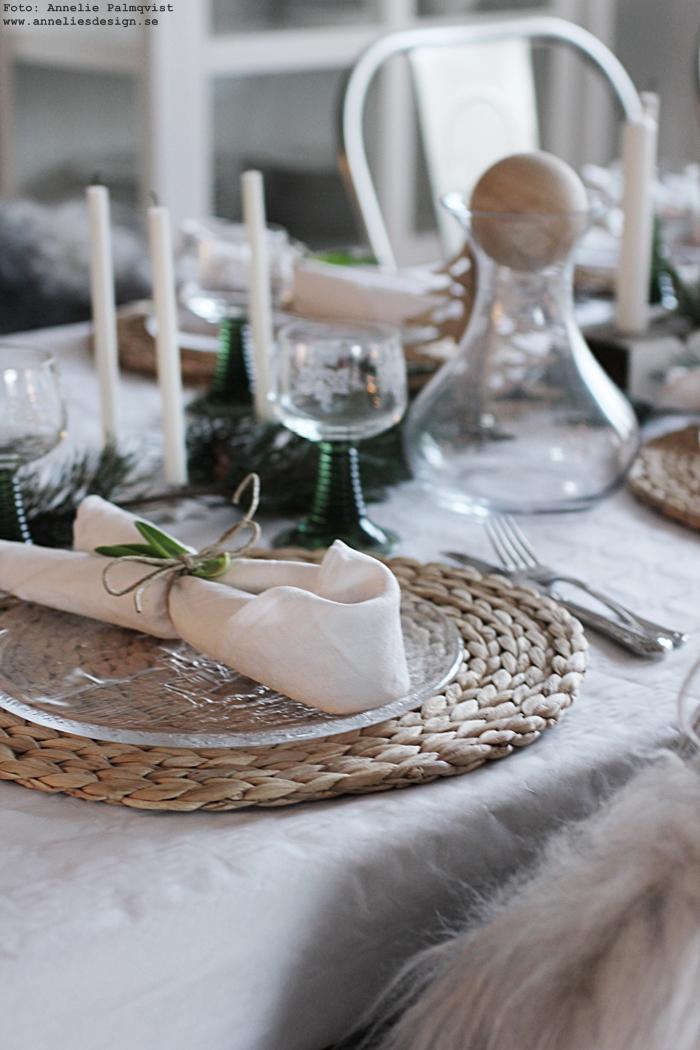juldukning, jul, julen 2016, dukning, bordsdukning, servetter, vikning, ljusstake av drivved, dekoration, dekorationer,