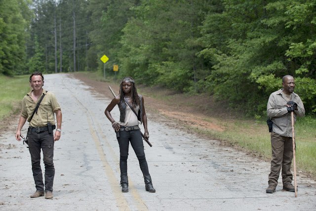 Andrew Lincoln como Rick Grimes, Danai Gurira como Michonne and Lennie James como Morgan Jones – The Walking Dead _ Season 5, Episode 1 – Photo Credit: Gene Page/AMC