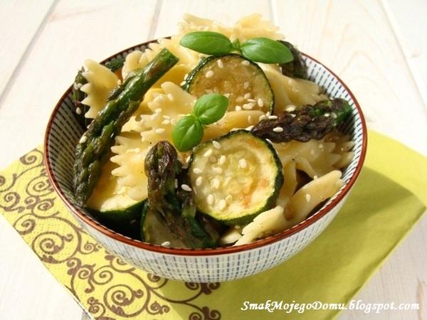 Sałatka makaronowa ze szparagami i cukinią