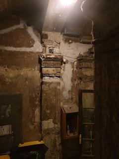 הבניין שבחצרו חומת הגטו המשוחזרת