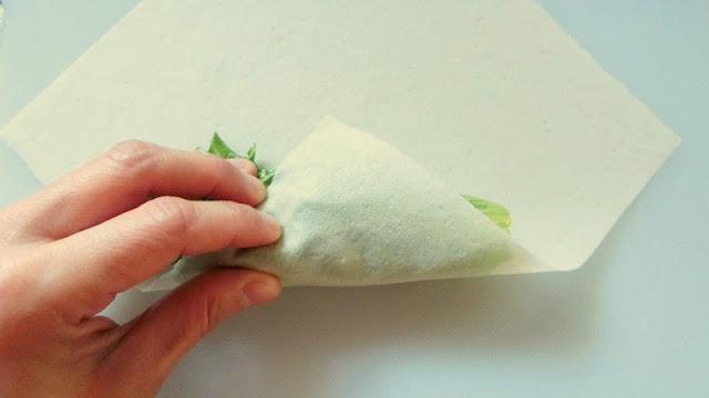 春巻きの皮でリーフレタスを包む