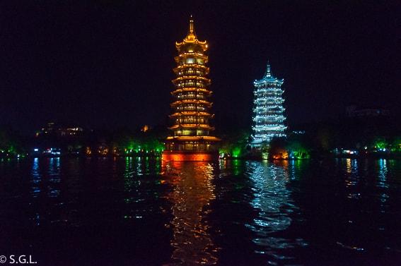 Pagodas del sol y la luna. en el lago Shan Hu. Guilin