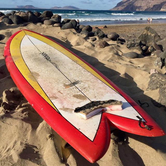 deska surfingowa na Playa Famara