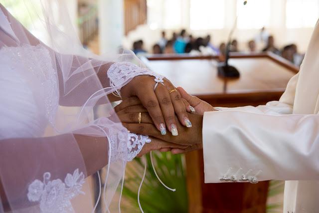 mariage-Guadeloupe-mains des mariés avec leurs alliances