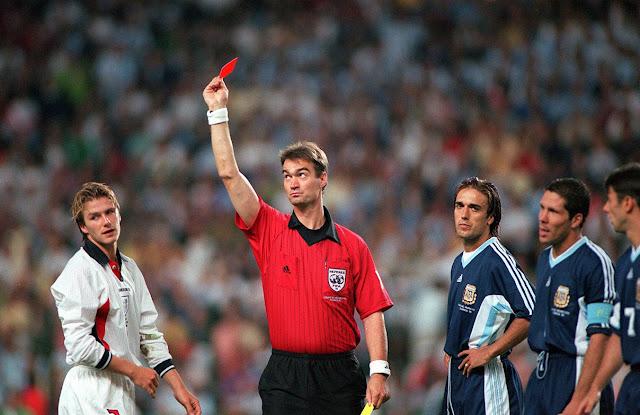 Kartu Merah Terkonyol di Dunia Sepakbola
