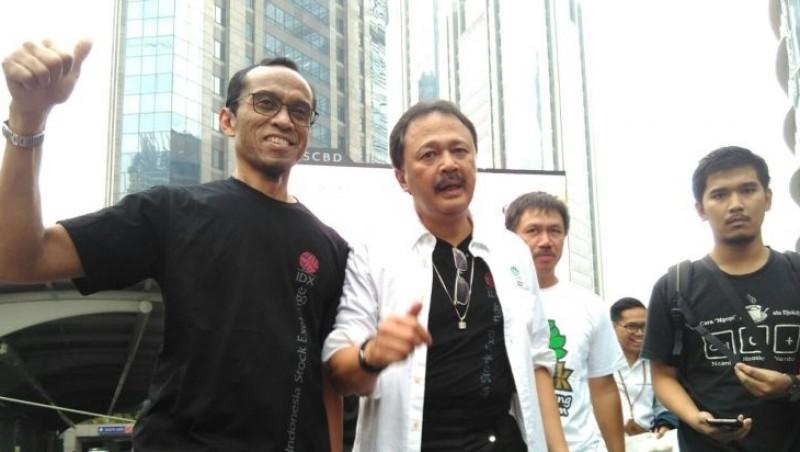 Dirut BEI Tito Sulistio (tengah) bersama Direktur Hamdi Hassyarbaini (kiri) berjalan kaki menuju PIM