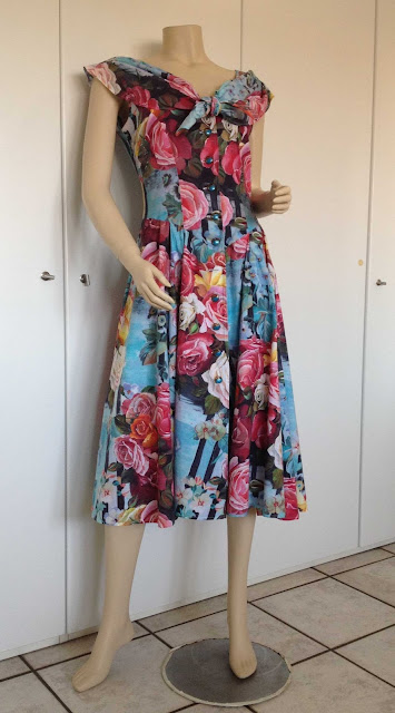 3dbe584a5d62e Questo vestito a fiori di cotone è degli anni  50 e mi è stato regalato da  una signora amica di famiglia che lo ha indossato in molte occasioni.