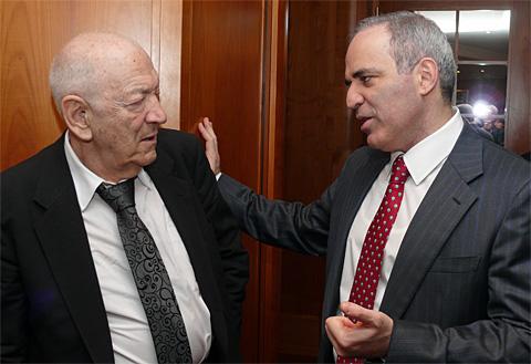 Victor Kortchnoi et Garry Kasparov ont toujours entretenu de bonnes relations - Photo © Chessbase