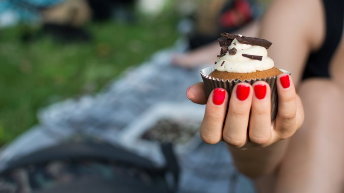 Wallpaper: Girl holding in hand a cupcake